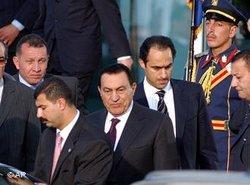 Ägyptens ehemaliger Präsident Hosni Mubarak und sein Sohn Gamal; Foto: AP