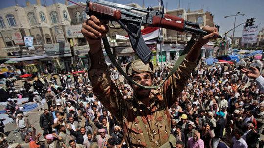 Soldaten in Sanaa demonstrieren gemeinsam mit Zivilisten gegen Präsident saleh; Foto: dpa
