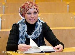 Studentin der Islamischen Theologie an der Uni Tübingen; Foto: dpa