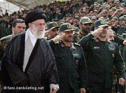 Ali Khamenei gemeinsam mit Offizieren der iranischen Armee im Jahr 2009; Foto: farsi.iranbriefing.net/DW