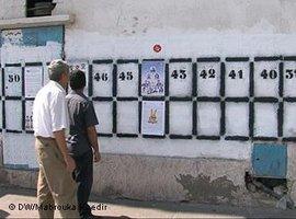 Wahllisten in Tunis; Foto: DW