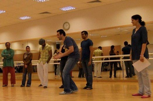 """Kursteilnehmer einer Comedy-Klasse an der """"Dubomedy""""-Schule in Dubai (VAE) bei einer praktischen Übung; ganz rechts im Bild Schulleiterin Mina Liccione; Foto: Christoph Dreyer"""