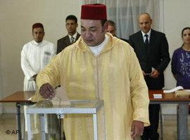 König Mohammed VI von Marokko bei der Stimmabgabe zum Verfassungsreferendum; Foto: AP