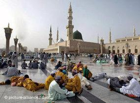 People in the courtyard of Medina's main mosque (photo: picture-alliance/dpa)