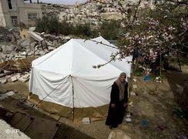Palästinenserin vor ihrem Zelt auf einer Baustelle im Jerusalemer Stadtteil Silwan; Foto: AP
