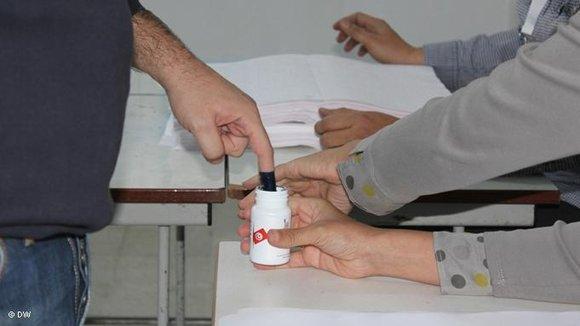 Wähler bei der Stimmabgabe in Tunis; Foto: DW