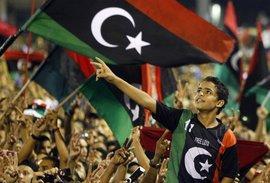 Aufständische in Tripolis feiern das Ende des Ghadhafi-Regimes; Foto: AP