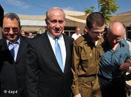 Gilad Schalit mit Israels Ministerpräsident Netanjahu nach Schalits Freilassung; Foto: dapd