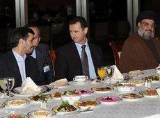 Baschar Assad, Mahmud Ahmadinejad und Hisbollah-Führer Hasan Nasrallah bei einem gemeinsamen Essen; Foto: AP