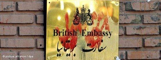 Bloody handprints on the plaque of the British Embassy in Tehran (photo: dpa)