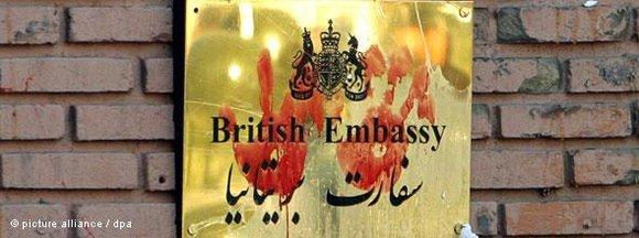 Blutige Handabdrücke an der britischen Botschaft in Teheran; Foto: dpa
