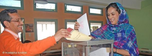 Frau und Mann geben ihre Stimmen bei den marokkanischen Wahlen ab; Foto: DW/Moustapha Houbiss