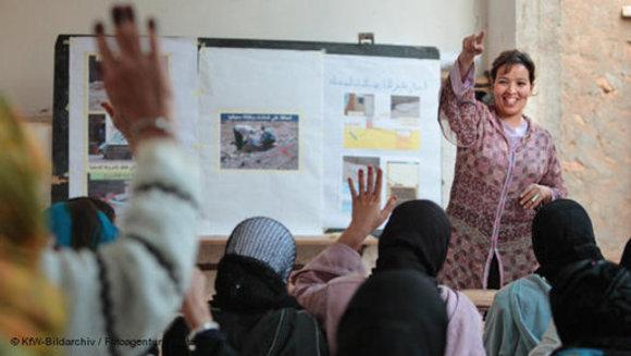 Frauengruppe beim Unterricht in Marokko; Foto: DW/KfW Bildarchive