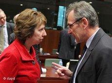 EU-Außenministerin Ashton im Gespräch mit EU-Kommissar für Entwicklung Andris Piebalgs; Foto: AP/dapd