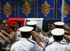 Soldaten salutieren beim Staatsbegräbnis von Nagib Machfus an seinem Sarg; Foto: dpa