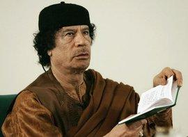 Muammar al-Gaddafi liest aus dem Grünen Buch; Foto: AP