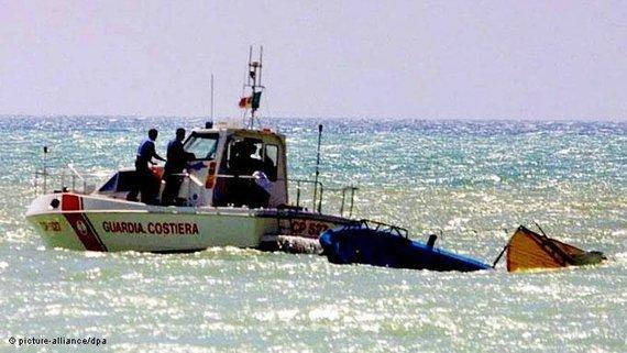 Italienische Küstenwache vor einem gekenterten Boot bei Porto Empedovle; Foto: dpa