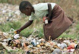 Ein junges Mädchen durchsucht den Müll nach Nahrungsmitteln in Chitungwiza bei Harare, Simbabwe; Foto: picture alliance