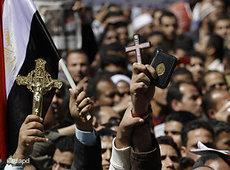 Egyptians carrying Korans and crosses during a national unity rally at Tahrir Square in March 2011 (photo: AP/dapd)