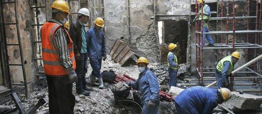 Aufbauarbeiten am Institut d'Égypte in Kairo; Foto: AP