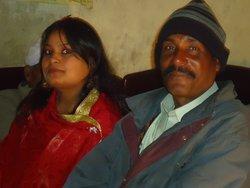 Akram Masih (r.) und seine Tochter Kinzia; Foto: Nusrat Sheikh