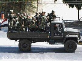 Syrische Truppen rücken in der Stadt Saqba gegen Aufständische vor; Foto: AP
