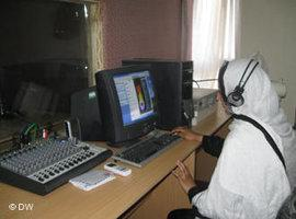 Journalistin in einem Radiostudio in Kabul; Foto: DW