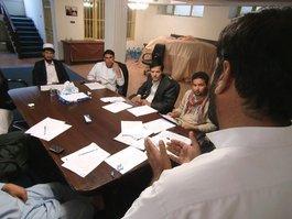 Afghanische Journalisten während einer Redaktionsbesprechung in Kabul; Foto: Martin Gerner