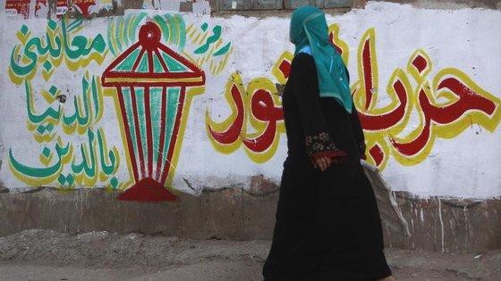 Ägypterin passiert Wand mit Wahlwerbung der islamistischen Nour-Partei in El-Qalubia; Foto: Reuters