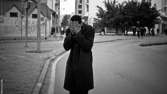 Ein junger Tunesier verdeckt sein Gesicht mit den Händen; Foto: © Selim Harbi