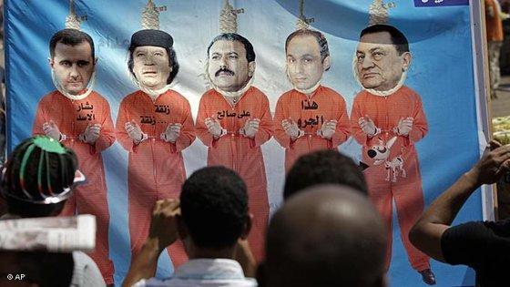 Plakat mit Hosni Mubarak Gamal Mubarak Ali Abdullah Saleh Gadaffi und Baschar al-Assad am Galgen; Foto: AP