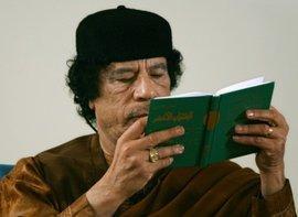Gaddafi liest im Grünen Buch; Foto: AP