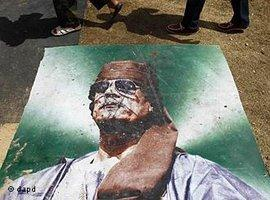 Entferntes Plakat Gaddafis; Foto: dapd