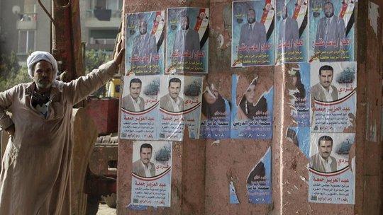 Zerissene Wahlplakate von Kandidatinnen der Nour-Partei in Kairo; Foto: AP