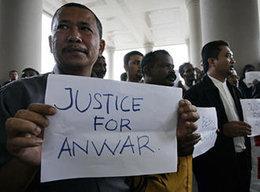 Anhänger Ibrahims hält Plakat mit der Aufschrift Gerechtigkeit für Ibrahim in der Hand; Foto: AP