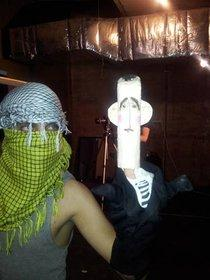 Schauspieler von Masasit Mati mit Assad-Puppe Bichou; Foto: youtube