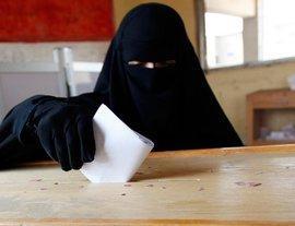 Verschleierte Wählerin bei der Stimmabgabe in Ägypten; Foto: AP