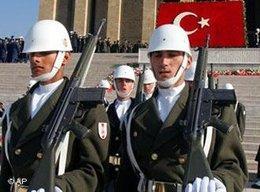 Parade des Militärs am Atatürk-Mausoleum in Ankara; Foto: AP