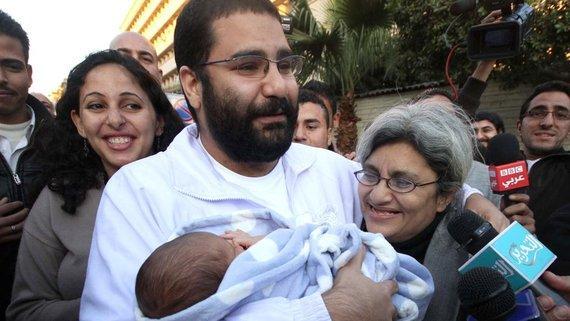 Alaa Abd El Fattah nach seiner Freilassung mit seiner Familie und seinem Baby in den Armen; Foto: AP/dapd