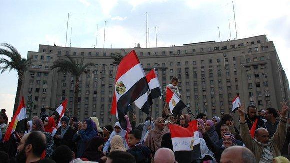 Demonstranten vor der Mugamma am Tahrir-Platz; Foto: Amr S. El-Kady/DW