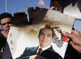 Demonstranten verbrennen ein Bild des früheren Präsidenten Zine El Abidine Ben Ali; Foto: AP/dapd
