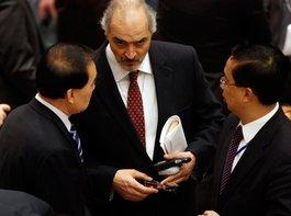 Der syrische Botschafter bei den Vereinten Nationen, Baschar Dschaafari (Mitte) spricht mit Chinas Botschafter Li Baodong; Foto: AP