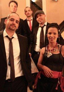 Die marokkanische Fusion-Sängerin Oum El Ghaith Benessahraoui mit ihrer Band; Foto: &copy lofmusic