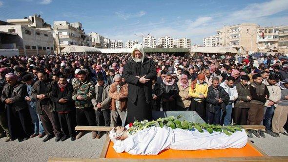 Begräbnis für ein Opfer des Assad-Regimes in der syrischen Stadt Idlib; Foto: AP/dapd