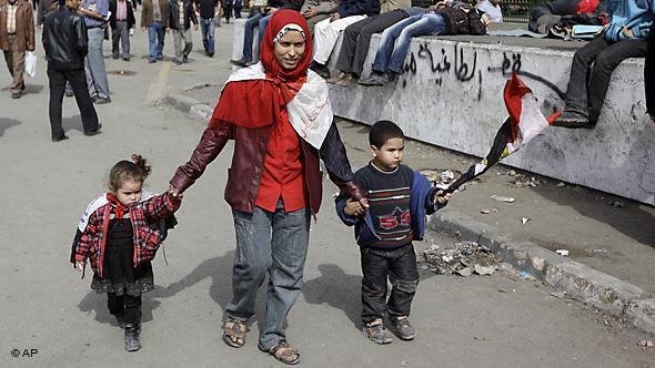 Ägypterin mit ihren Kindern während der Proteste auf dem Tahrir-Platz in Kairo; Foto: AP