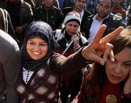 Frauen demonstrieren gegen Mubarak auf dem Tahrir-Platz in Kairo; Foto: AP/dapd
