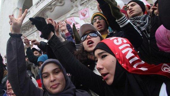 Junge Demonstranten am Jahrestag der Revolution in Tunesien; Foto: EPA/STRINGER/dpa