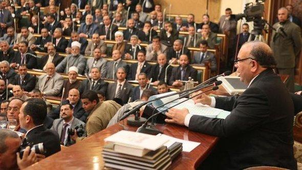Ein Mitglied der Muslimbrüder spricht zum ägyptischen Parlament während der ersten Parlamentssitzung am 23.01.2012; Foto: REUTERS