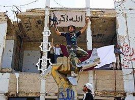 Rebellen nach dem Sturm auf Bab Al-Asisija in Tripolis; Foto: dapd