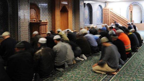 Betende Männer in der Moschee Eyüp Sultan Camii in Hamburg; Foto: dpa